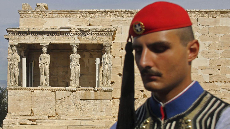 Un miembro de la Guardia Presidencial permanece en guardia frente al templo Erecteión en la Acrópolis. (EFE)