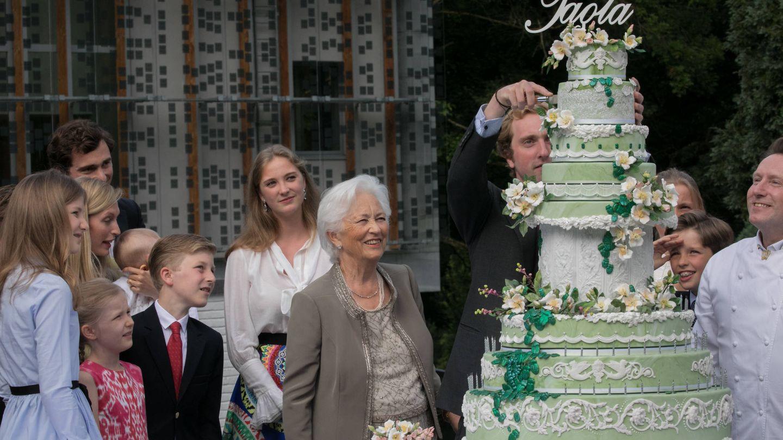 La reina Paola con sus nietos, en su 80 cumpleaños. (Getty)