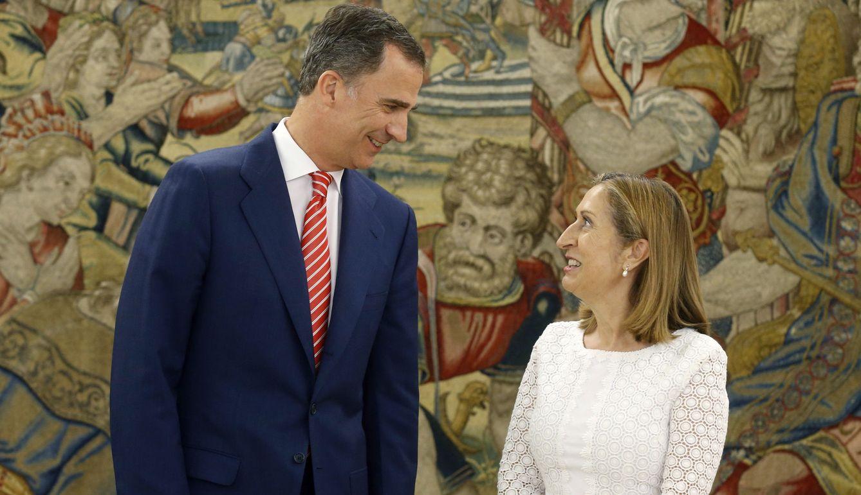 El rey Felipe VI recibe a la presidenta del Congreso, Ana Pastor, a su llegada al Palacio de la Zarzuela. (EFE)