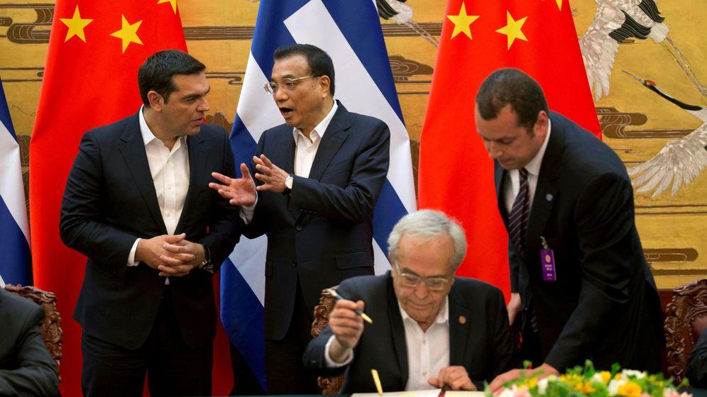 Foto: Tsipras conversa con Li Keqiang en su visita a Pekín de este verano. (EFE)