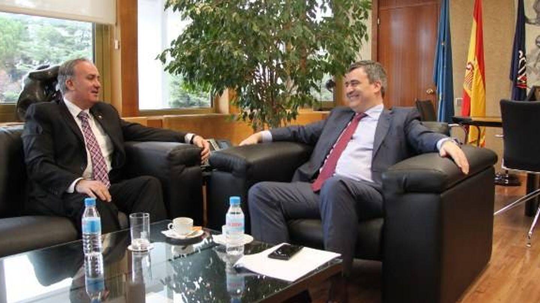 El presidente de la Federación Española de Taekwondo, Jesús Castellanos, con el presidente del CSD, Miguel Cardenal, en 2015. (CSD)