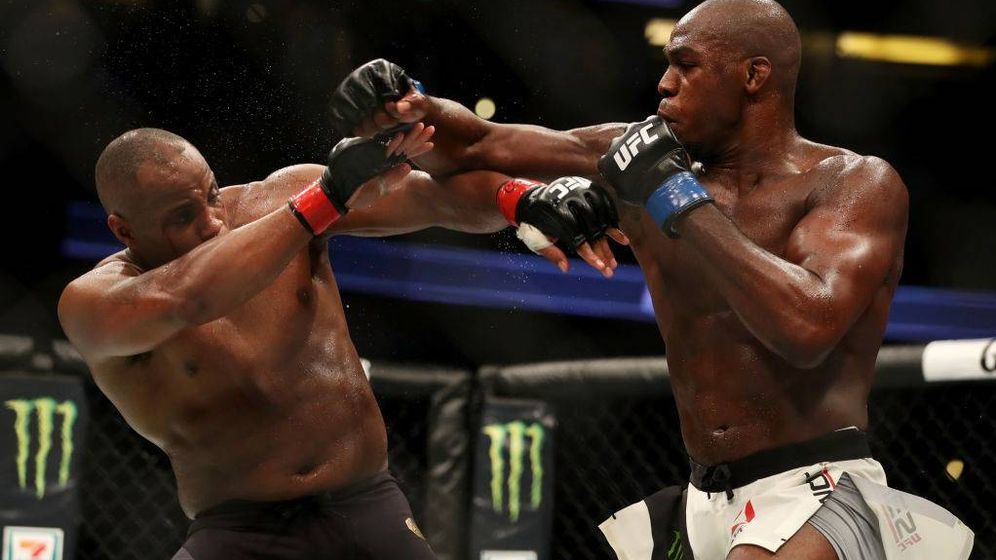 Foto: Jon Jones (d) golpea a Daniel Cormier en la pelea de este sábado por la noche. (UFC)