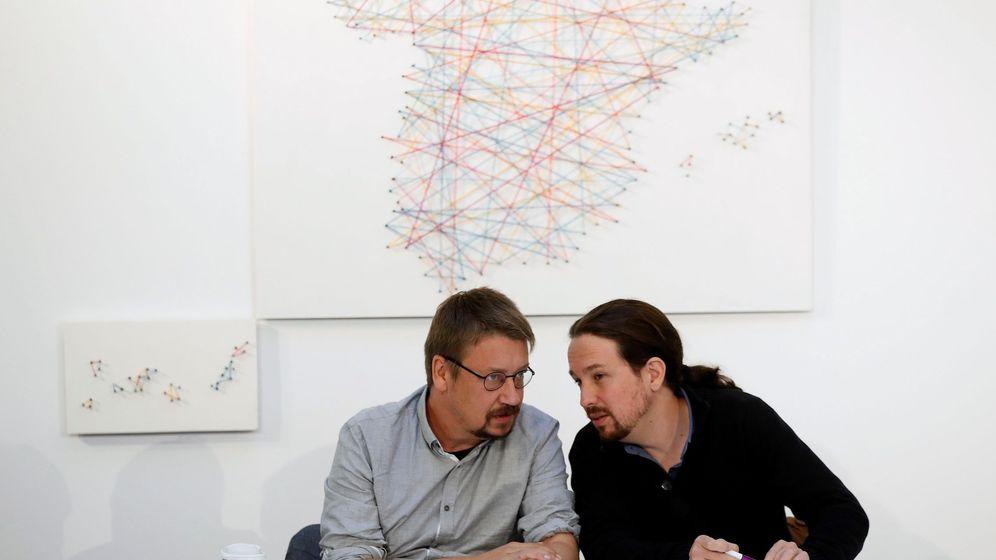 Foto: El líder de Podemos, Pablo Iglesias (d), junto al candidato de Catalunya en Comú, Xavier Domènech, durante la reunión del gabinete en la sombra 'Rumbo 2020'. (EFE)