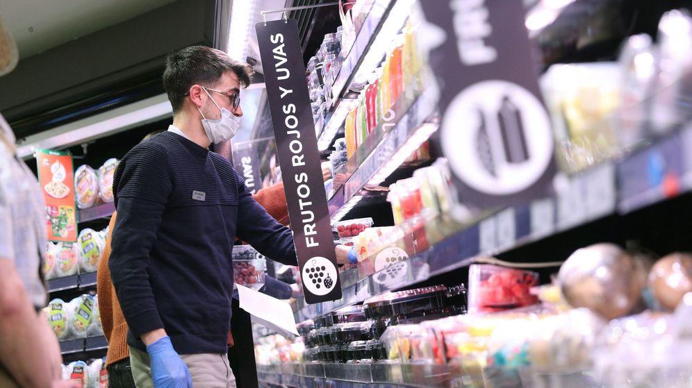 Foto:  Varias personas hacen la compra con mascarilla y guantes. (EFE)
