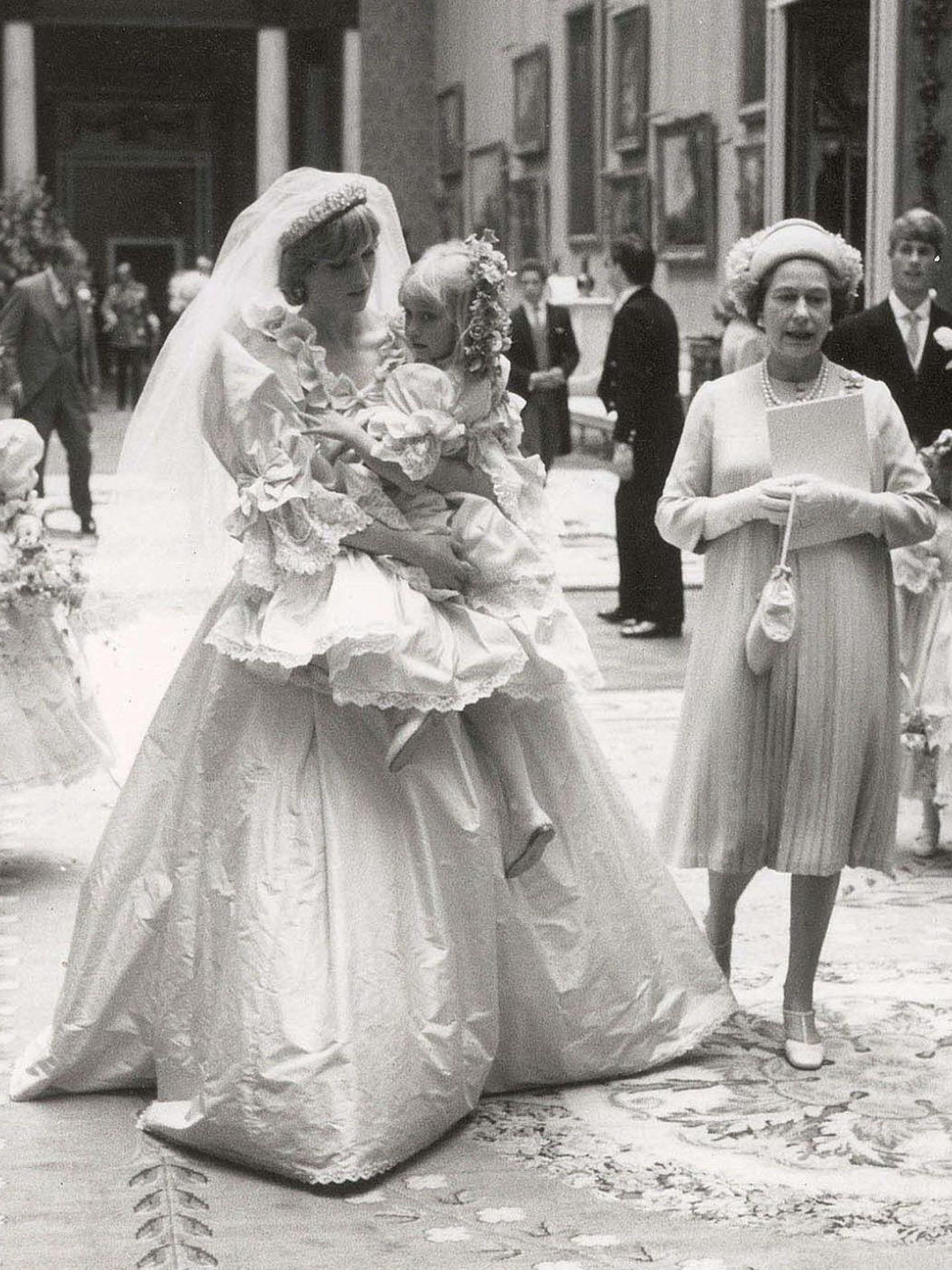 Diana de Gales, el día de su boda junto a Isabel II. (EFE)