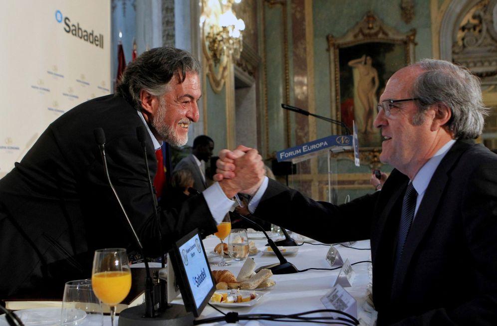 Foto: Pepu Hernández saluda a Ángel Gabilondo al final del desayuno informativo del primero en el Casino de Madrid, este 8 de mayo. (EFE)