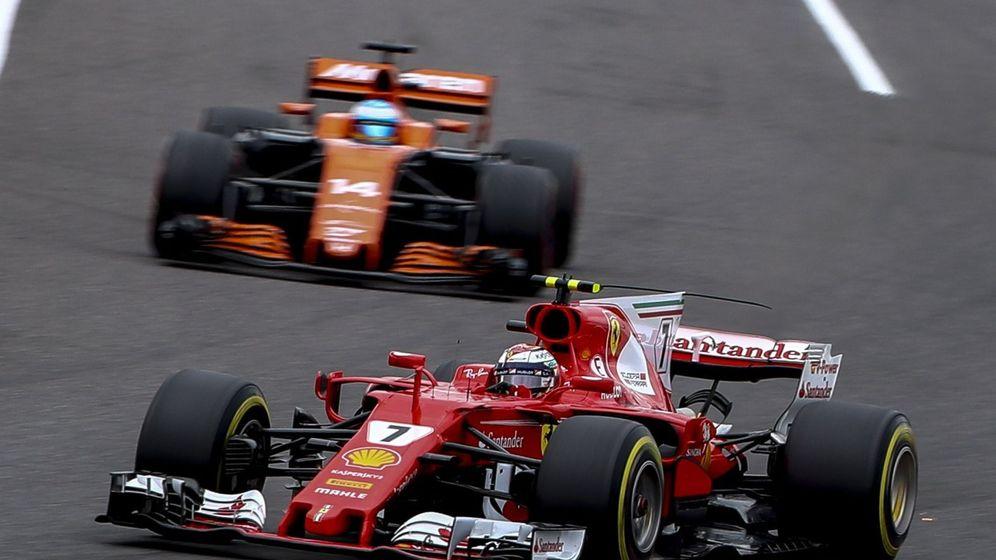 Foto: Raikkonen y Fernando Alonso en una carrera de 2017. (EFE)