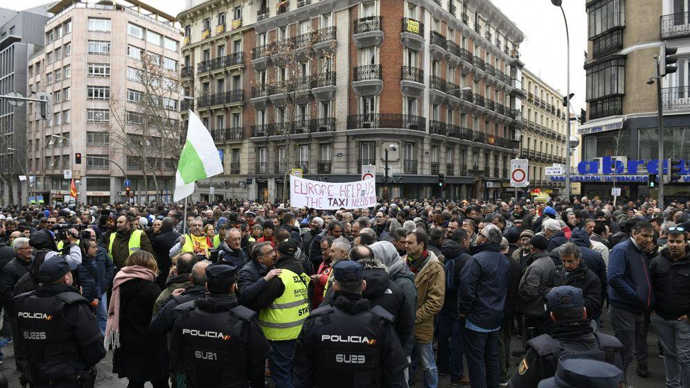 Foto: Los taxistas de Madrid se concentran en la calle Génova, frente a la sede del PP. (EFE)