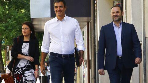 Sánchez diseña una ejecutiva sin barones y nombra a Ábalos portavoz provisional