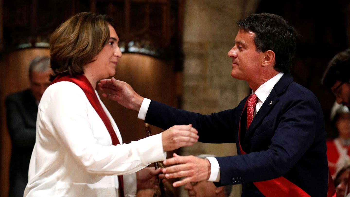 Ada Colau meets with former French Prime Minister Manuel Valls during her swearing-in ceremony as the new mayor of Barcelona, at Barcelona's town hall, Spain, June 15, 2019. REUTERS Albert Gea