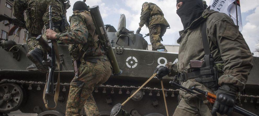 Foto: Prorrusos armados y vestidos con trajes militares se suben a un tanque en Sláviansk, en la región de Donetsk. (EFE)