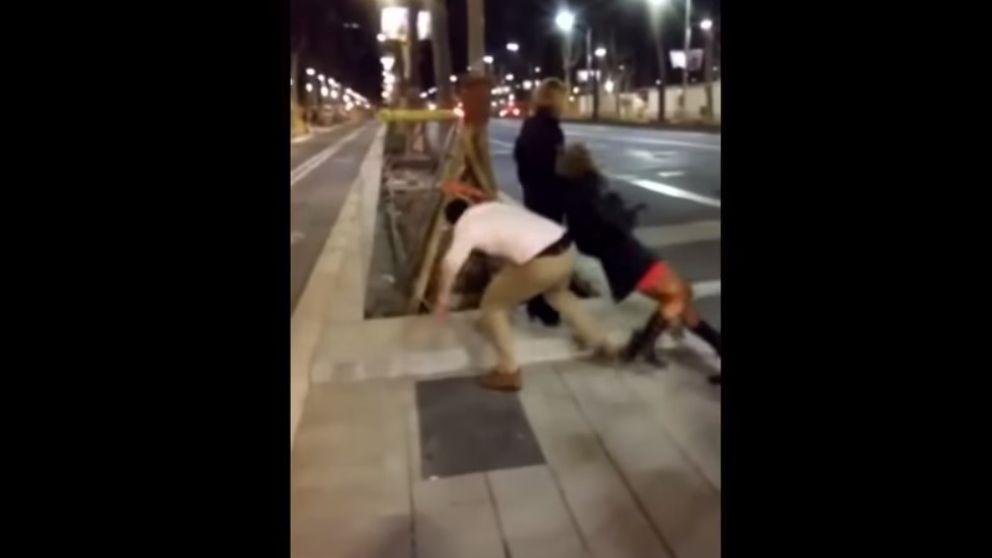 Libertad con cargos para el hombre que pateó a una mujer en Barcelona