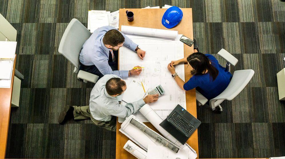 Foto: Un grupo de trabajadores conversa durante una reunión (Pexels)