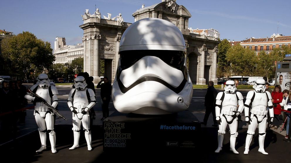 Star Wars invade Madrid y Ginebra subasta un diamante de 16 quilates: el día en fotos
