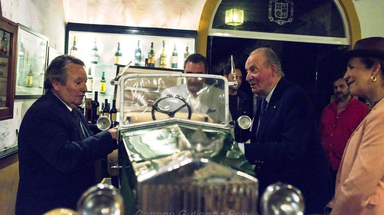 Foto: Don Juan Carlos se va de 'comilona' con Carlos Herrera y Alberto Alcoceeer