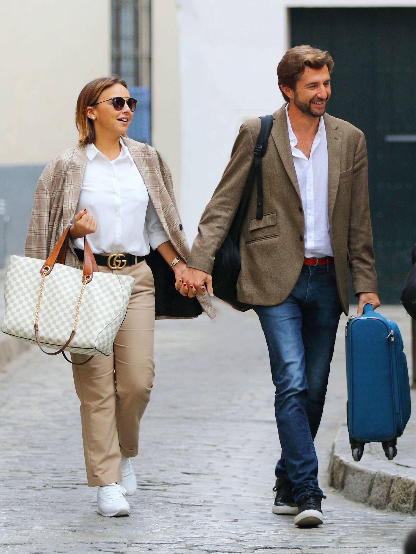 Chenoa y su prometido, llegando a Sevilla. (Lagencia Grosby)