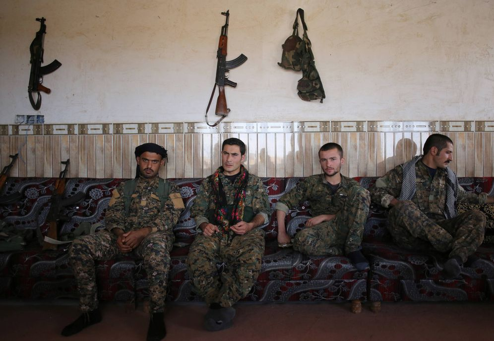 Foto: Miembros de la milicia Unidades de Protección de Sinjar, en la que se enrolaron los voluntarios españooles. (Reuters)