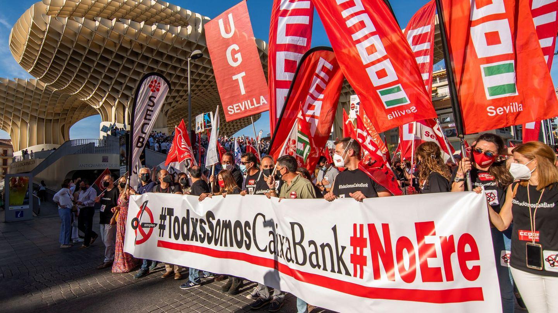 Manifestación en Sevilla para rechazar el ERE de CaixaBank. (EFE)
