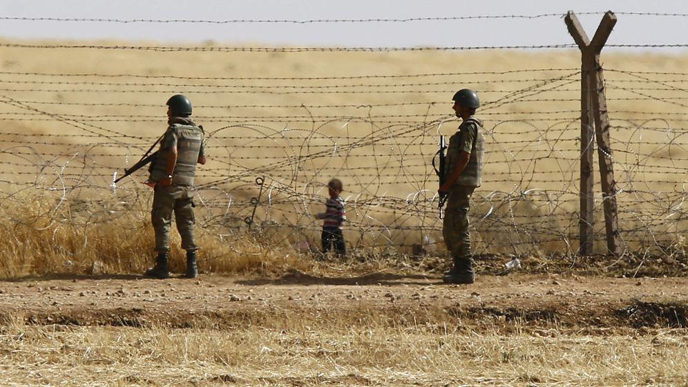 Foto: Soldados turcos montan guardia mientras un niño sirio observa desde el otro lado de la frontera en Akçakale, en junio de 2015 (Reuters)