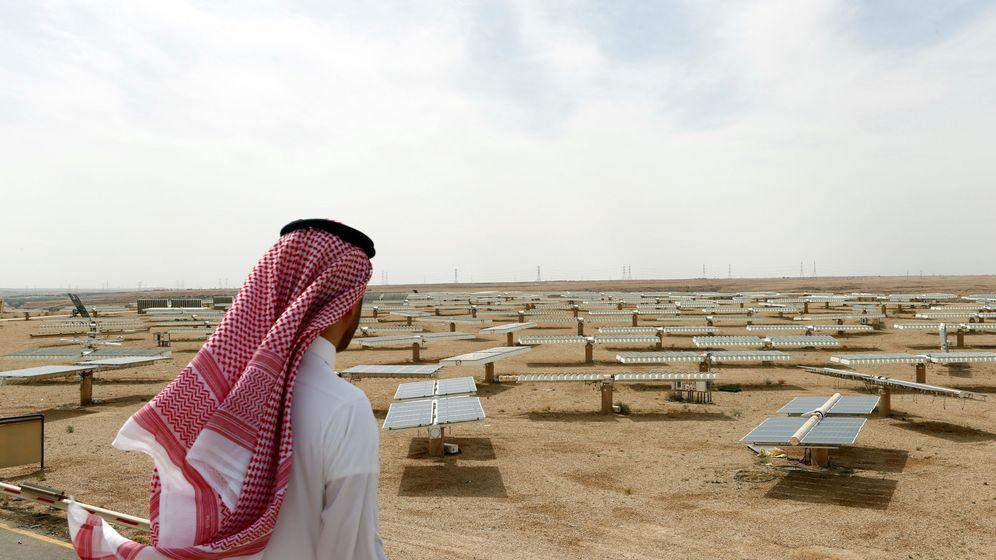 Foto: Un hombre saudí observa una planta solar en Uyayna, al norte de Riad, en abril de 2018. (Reuters)