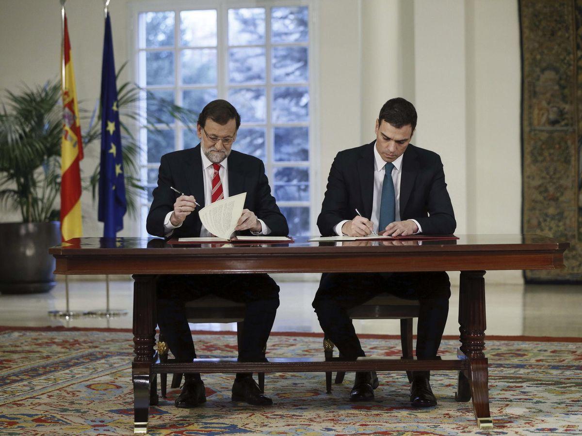 Foto: El entonces presidente del Gobierno, Mariano Rajoy (i), y el entonces líder de la oposición, Pedro Sánchez, firman el 'Acuerdo para afianzar la unidad en defensa de las libertades y en la lucha contra el terrorismo', el 2 de febrero de 2015.