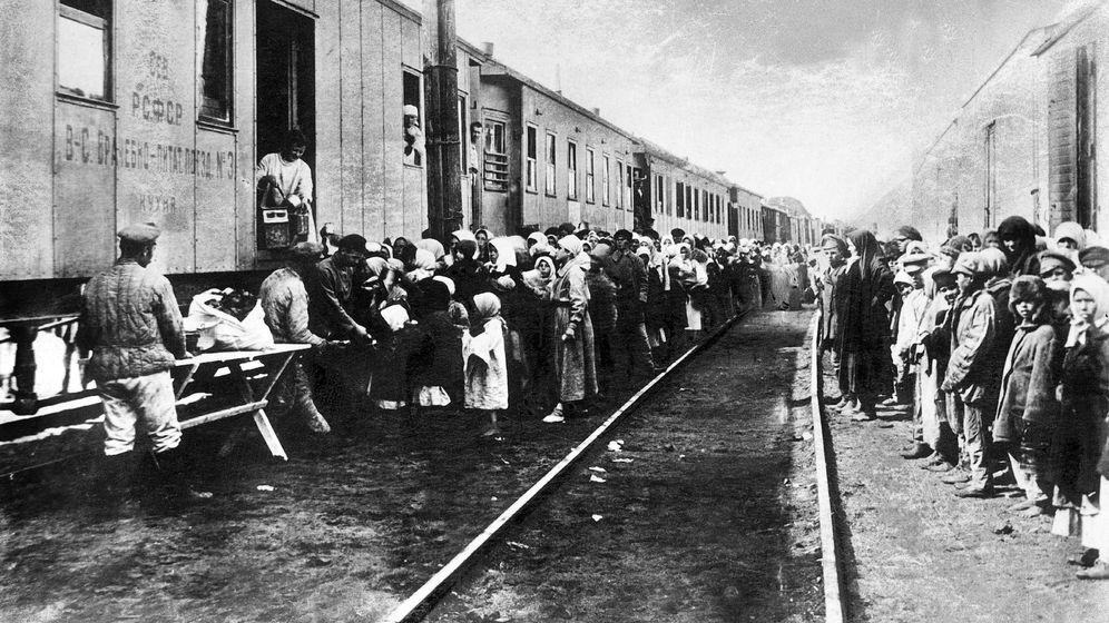 Foto: Prisioneros esperando ser transportados a los campos de trabajo soviéticos en los años 20. (Cordon Press)