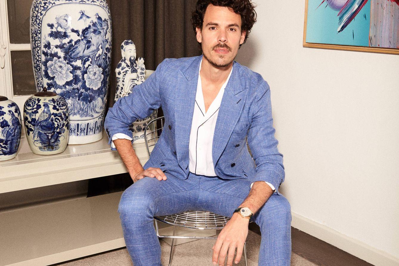 Foto: El diseñador vestido con traje de chaqueta y camisa de lino (ambos de Avellaneda), reloj 'Vasco da Gama' de Montblanc y alpargatas de Castañer (Foto: Jorge M. Redondo)