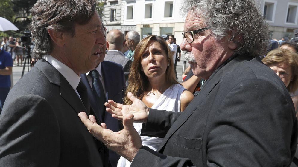 Foto: El portavoz del Grupo Popular en el Congreso, Rafael Hernando (izq.), conversa con el diputado de ERC Joan Tardá (d.) en presencia de la popular Alicia Sánchez Camacho, el pasado mes de agosto. (EFE)