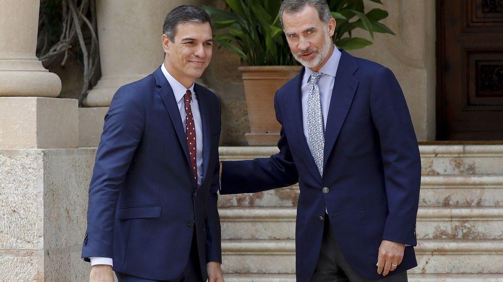 Foto: Felipe VI y el presidente del Gobierno en funciones, Pedro Sánchez, en la entrada del Palacio de Marivent donde celebraron el tradicional despacho de verano. (EFE)