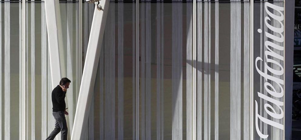Foto: Un hombre camina ante la Torre Telefónica, en Barcelona. (Reuters)