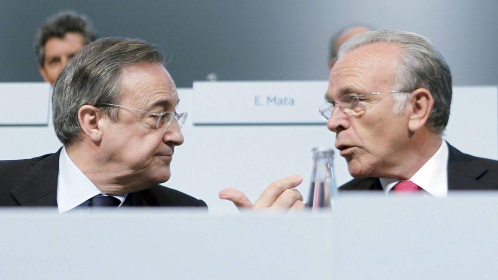 Foto: Imagen de archivo en la que aparecen conversando Isidre Fainé y Florentino Pérez. (EFE)