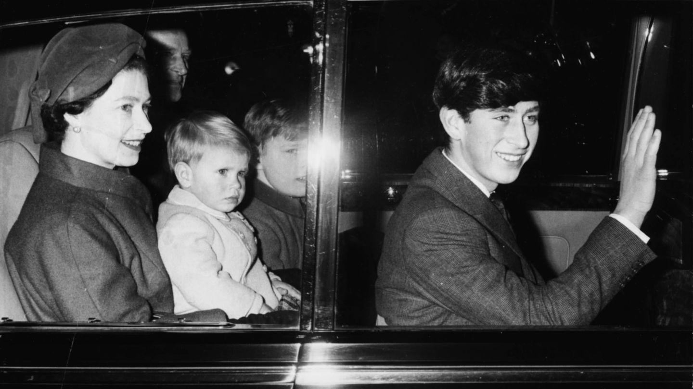 La reina con Carlos, Andrés y Eduardo de pequeños. (Getty)