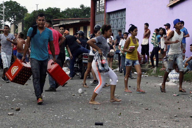 Foto: Venezolanos cargan con bienes tras un saqueo en La Fría, el 17 de diciembre de 2016 (Reuters).