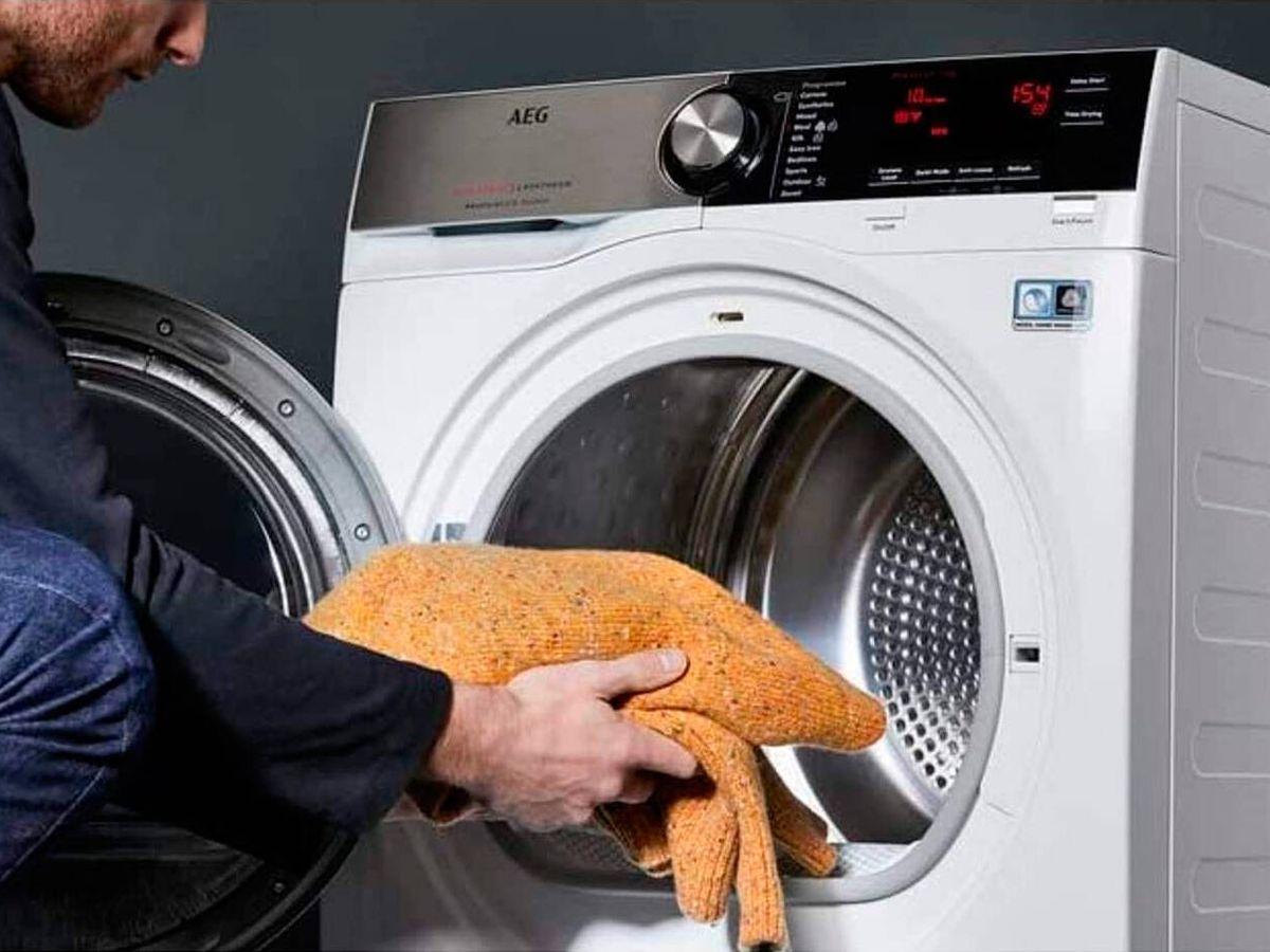 Foto: Una persona pone la secadora.
