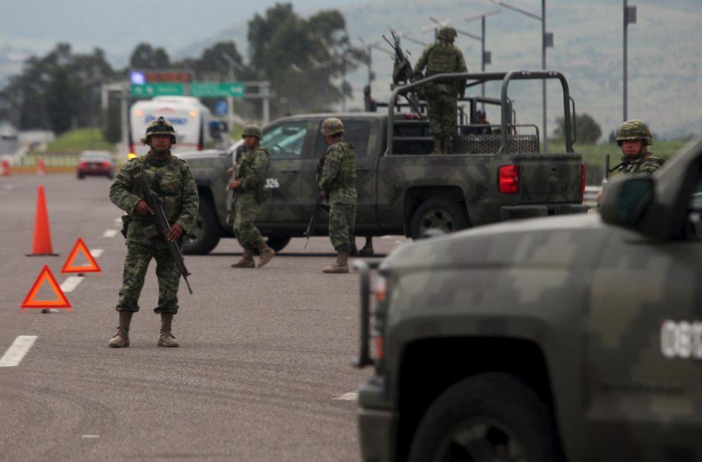 Foto: Soldados mexicanos en un control de carretera en Contepec, estado de Michoacán, México (Reuters).