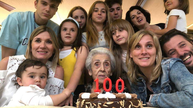 La familia de Pilar celebrando su centésimo cumpleaños