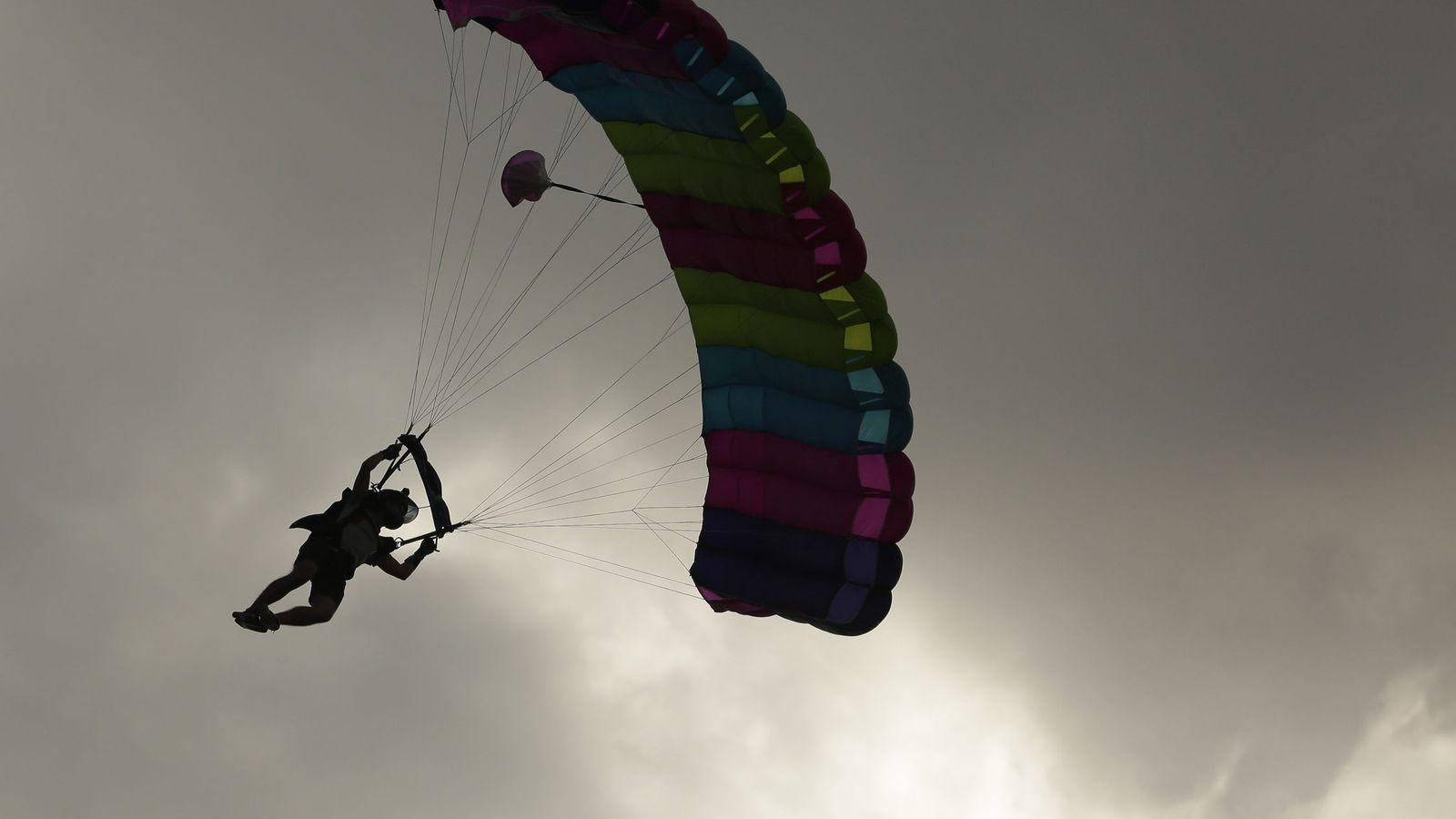 Foto: El paracaidista estaba preparando una exhibición (EFE/Rodrigo Sura)