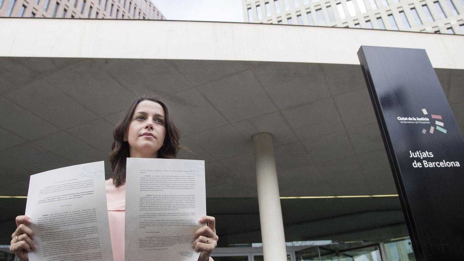 Foto: Arrimadas muestra la denuncia a la consellera de enseñanza por la utilización de niños en el 1-O (EFE)