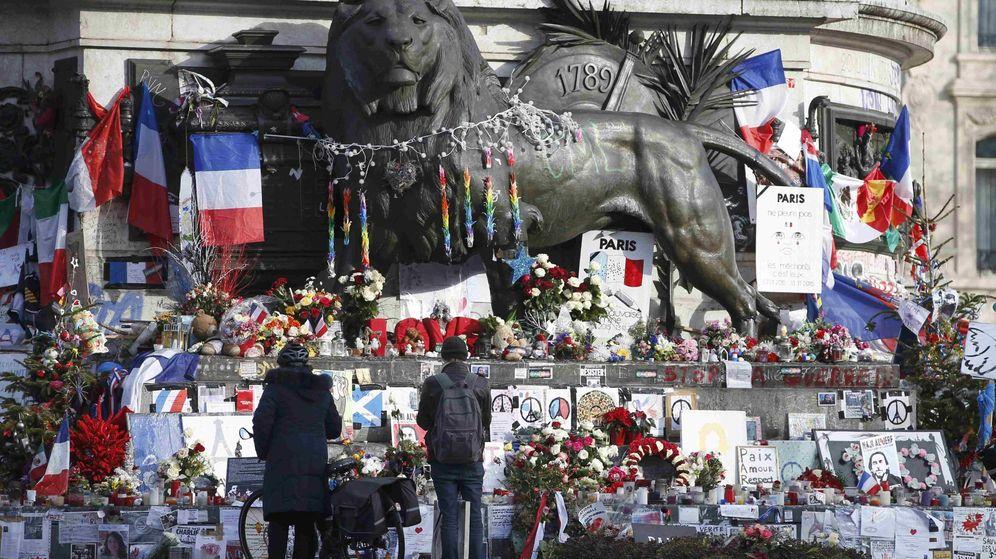 Foto: Flores, banderas y mensajes en París para conmemorar el primer aniversario del atentado contra la revista 'Charlie Hebdo' (Reuters)