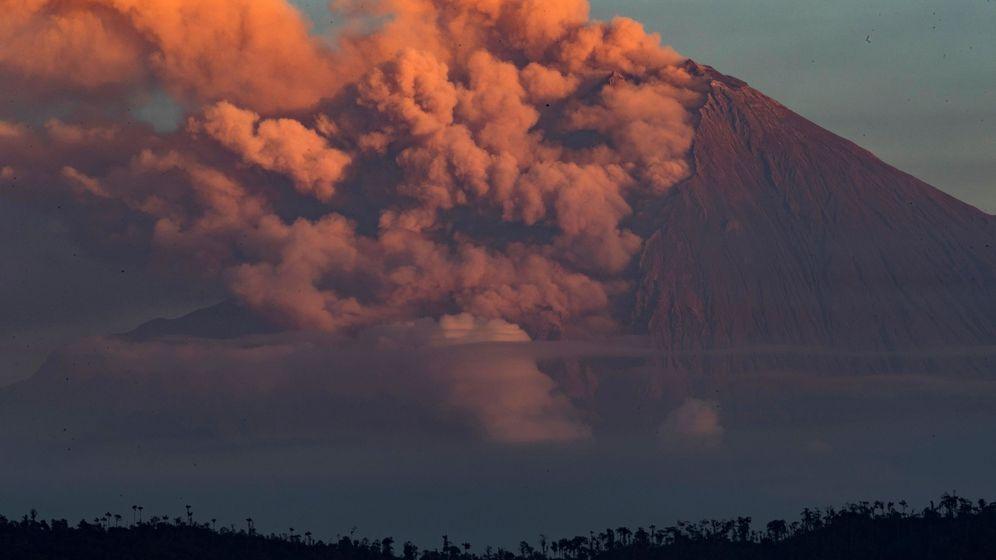 Foto: Un volcán en erupción. Foto: EFE José Jácome