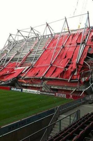Un muerto y catorce heridos al derrumbarse una parte del estadio del Twente holandés