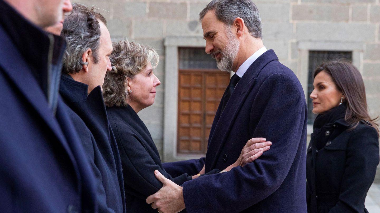 Simoneta Gómez-Acebo recibe el pésame del Rey, en presencia de la Reina y de sus hermanos. (EFE)