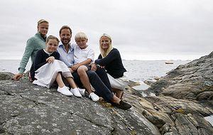 Noruega difunde fotos familiares tras la baja popularidad de Mette-Marit