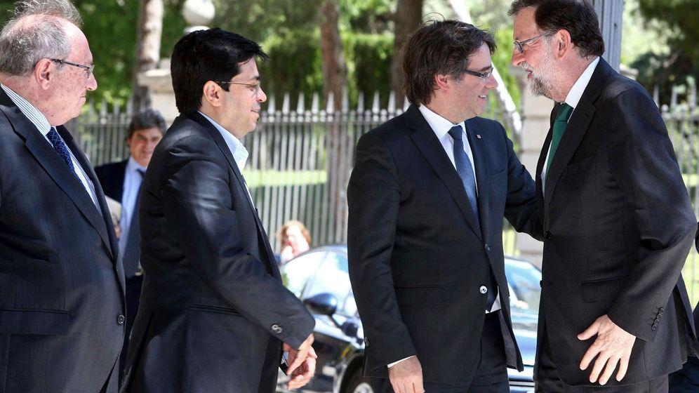 Foto:  El presidente del Gobierno, Mariano Rajoy (d), saluda al presidente de la Generalitat, Carles Puigdemont. (EFE)