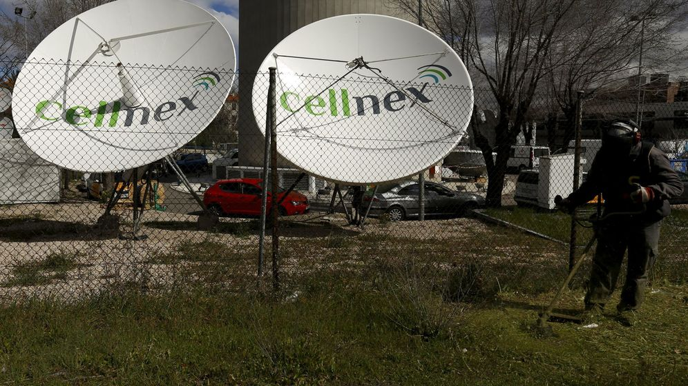 Foto: A worker uses a lawnmower next to telecom antennas of spain's telecoms infrastructures firm cellnex in madrid