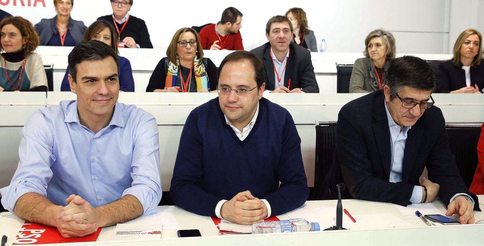 Foto: Pedro Sánchez, con César Luena y el presidente del Congreso, Patxi López, este 29 de febrero en el comité federal del PSOE. (EFE)