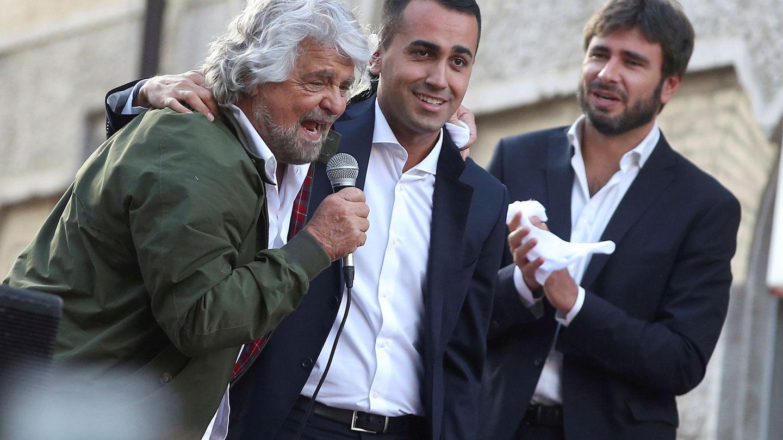 El fundador del Movimiento 5 Estrellas Beppe Grillo abraza al nuevo candidato de la formación, Luigi Di Maio, en Roma, en octubre de 2017. (Reuters)