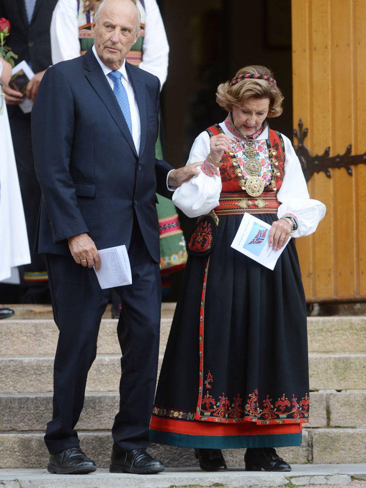 Harlad y Sonia de Noruega en la confirmación de su nieto. (Getty)
