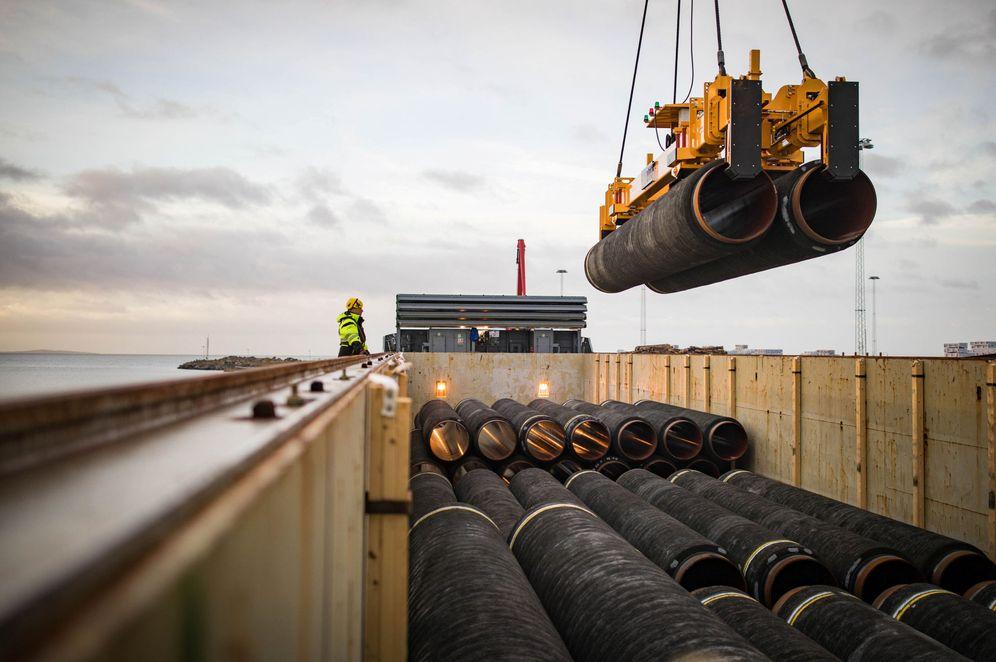 Foto: Tuberías destinadas al gasoducto Nord Stream 2 son cargadas en un barco en el puerto de Mukran, en la isla alemana de Ruegen, en febrero de 2018. (Reuters)