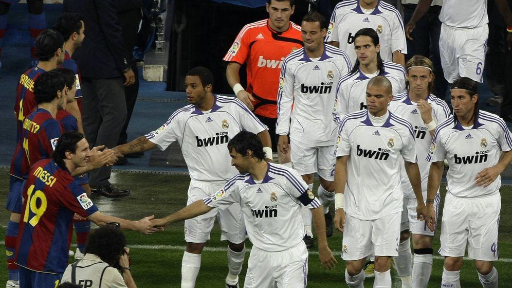Foto: El 7 de mayo de 2008, los jugadores del Barcelona hicieron el pasillo los del Real Madrid por su título de Liga. (Reuters)